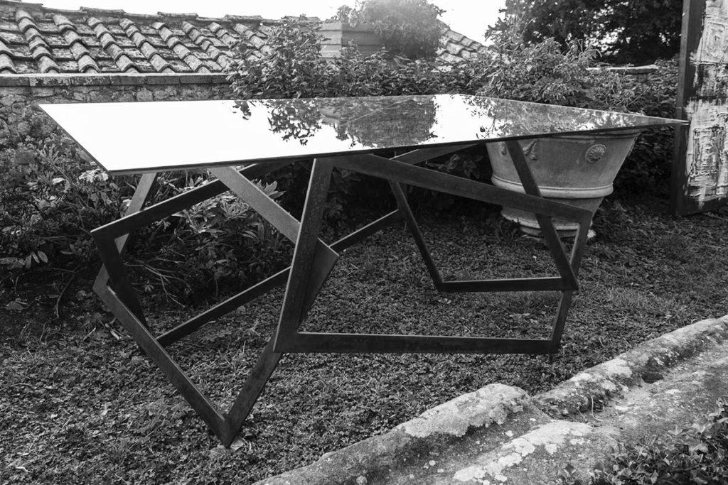 Equilibri tavolo vetro su ferro ossidato 165x105