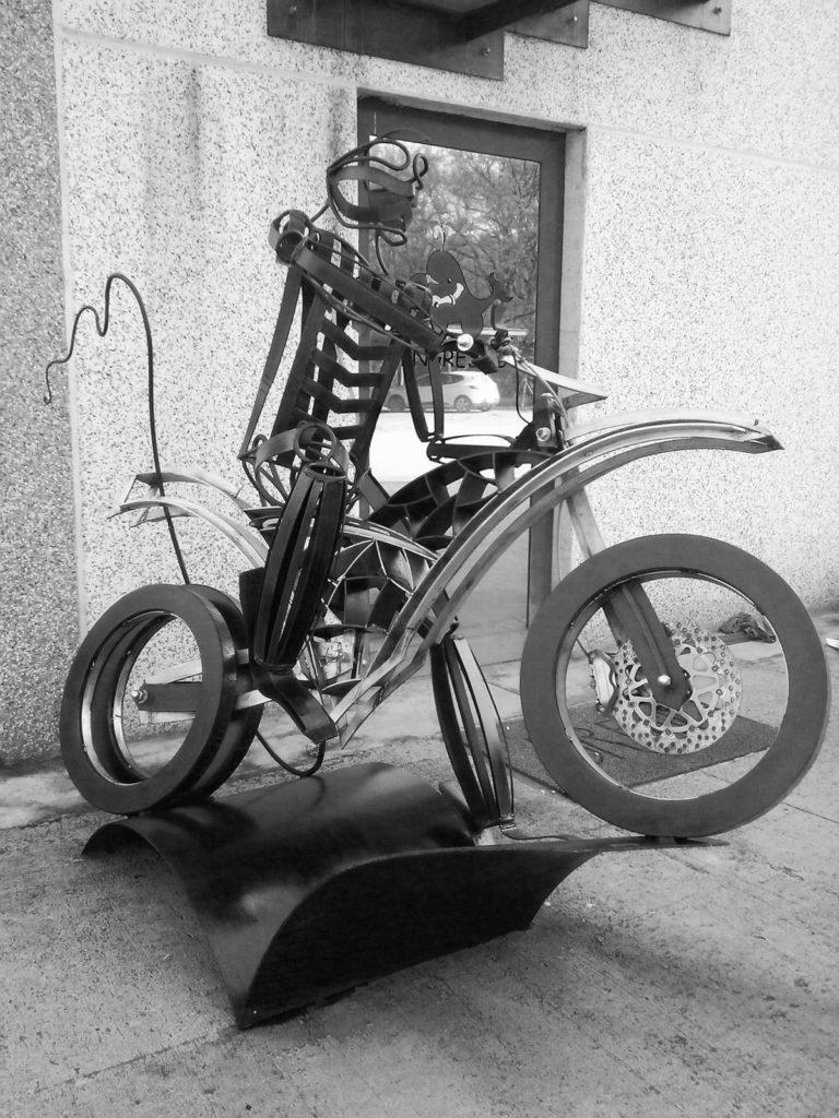 Moto con alieno - Ferro, inox, corten e complementi meccanici - presso sede Brefil