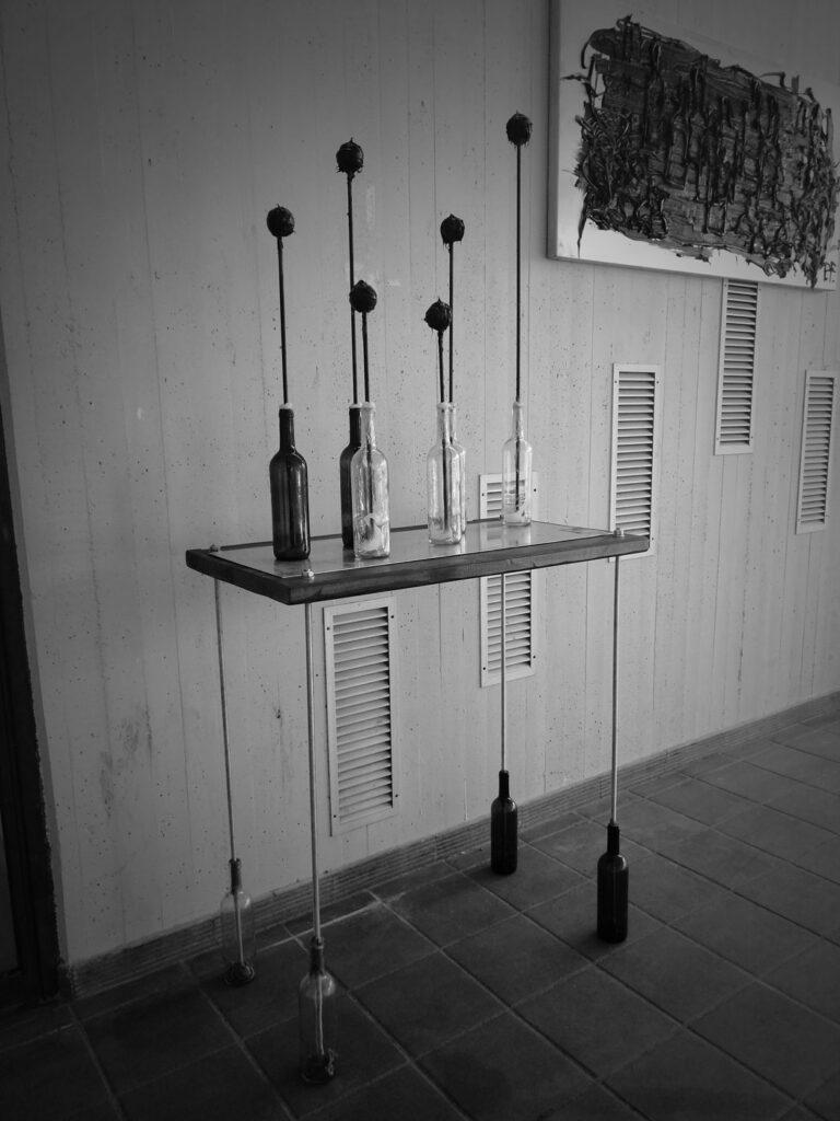 Al vino - bottiglie, vetro, barre filettate, legno, ferro
