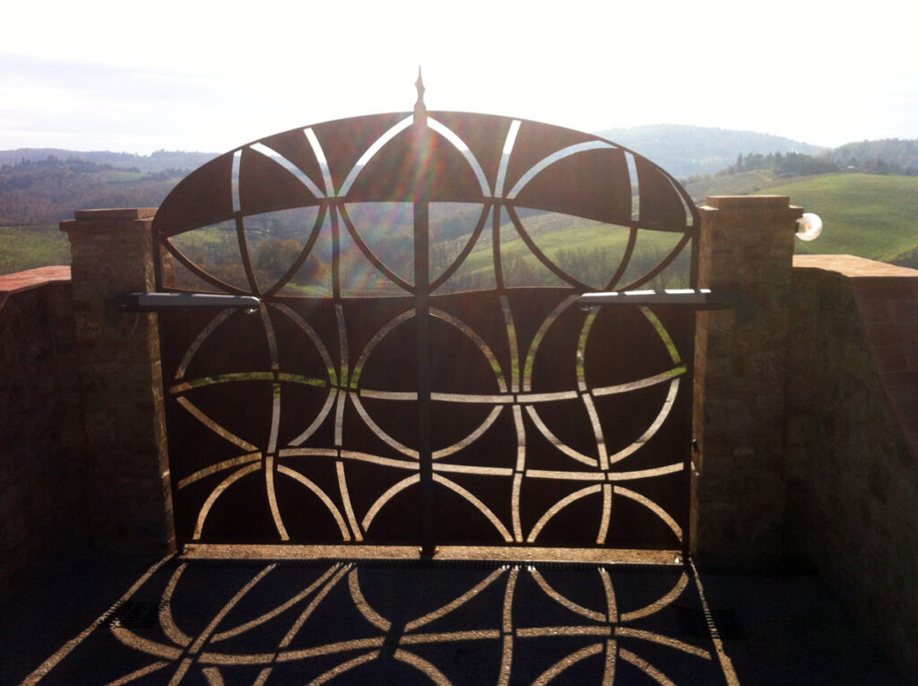 Double-leaf gate in iron and corten in hand-carved plasma sheet